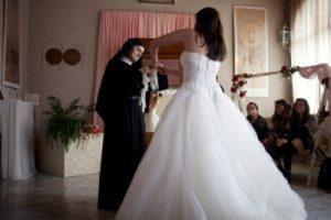 28793015_matrimonio-in-vista-abito-da-sposa-si-riceve-in-dono-al-monastero-5-1